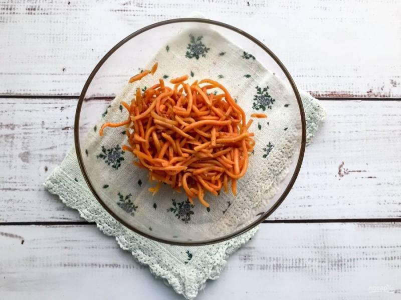 Морковь по-корейски выложите в глубокую тарелку.