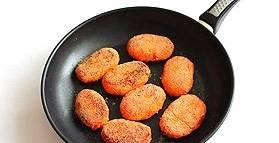 Обжарьте котлеты на растительном масле, каждую сторону по 5 минут. Затем поместите котлеты в форму для запекания и отправьте в духовку на 15-20 минут. Температура 180 градусов.