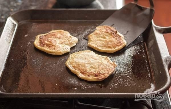 7. И жарьте с двух сторон до румяности. Перед подачей можно дополнить оладьи сиропом, медом или сметаной.