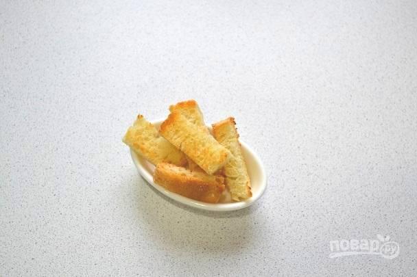 2. Хлеб нарежьте небольшими ломтиками, соедините с измельченным чесноком и подсушите на сковороде или в духовке. Если не любите чеснок, его можно исключить.