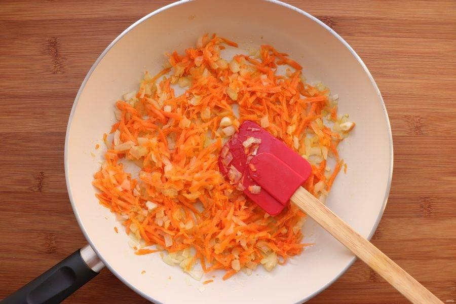 На сковороде разогрейте растительное масло и слегка обжарьте лук с натертой на крупной терке морковью.
