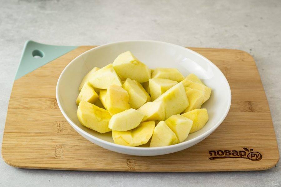 Яблоки помойте, очистите от кожуры. Разрежьте на 4 части, удалите сердцевину.
