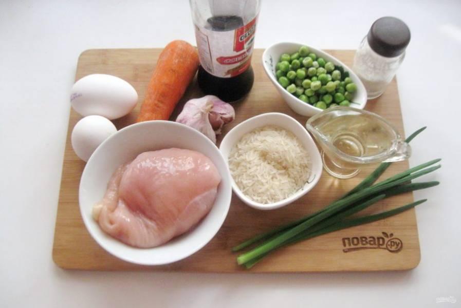 Подготовьте все ингредиенты для приготовления жареного риса с курицей.
