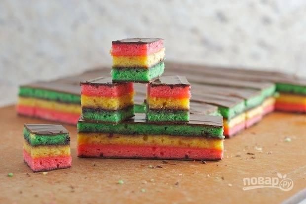 Подождите пока шоколад застынет и разрежьте коржи на одинаковые квадраты. Печенье готово!