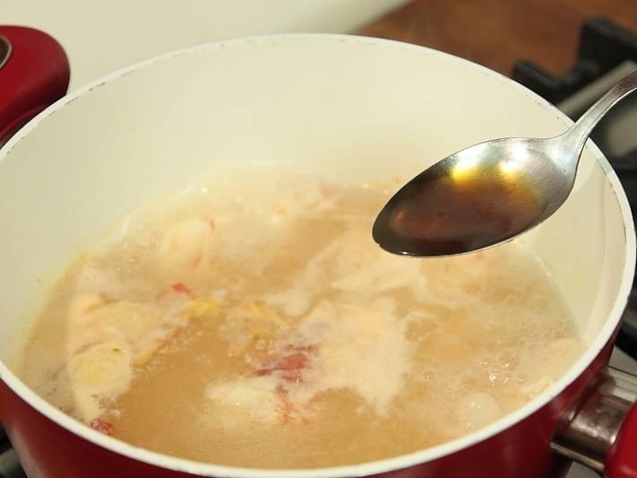 Добавить рыбный соус или соевый, чили, специи и варить еще 5 минут.