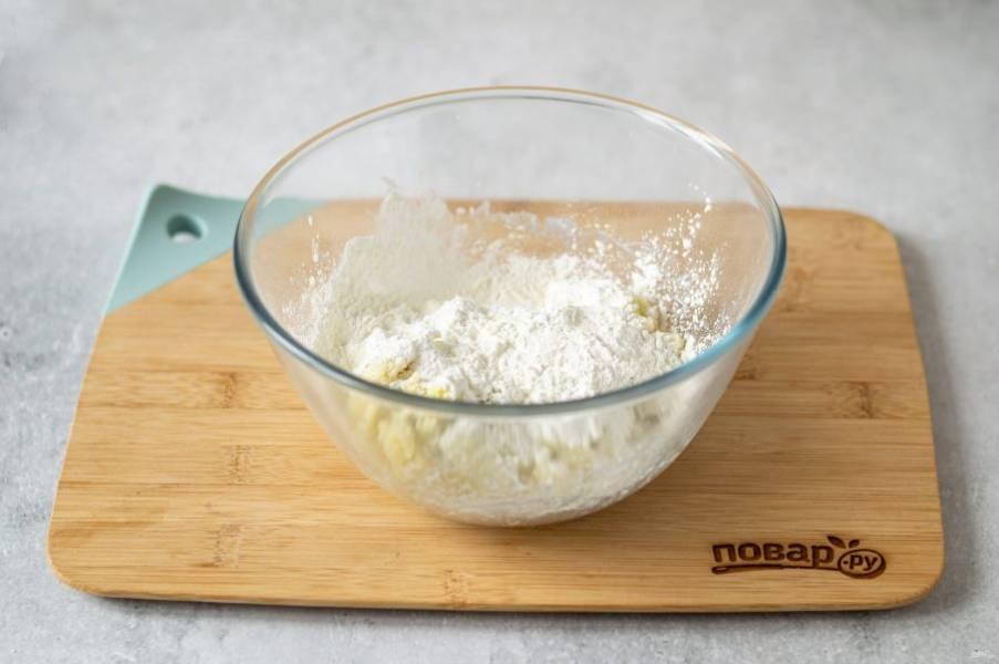 Добавьте йогурт, перемешайте. Затем добавьте крахмал, замесите однородное тесто.