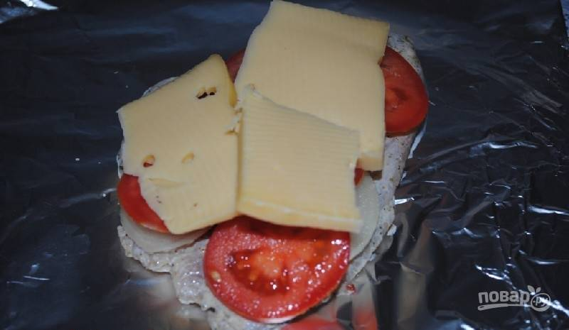 В конце уложите ломтики сыра.
