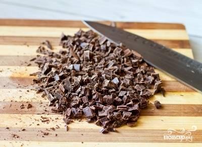 5.Из оставшегося шоколада делаем крошку. Отправляем ее в тесто и перемешиваем.