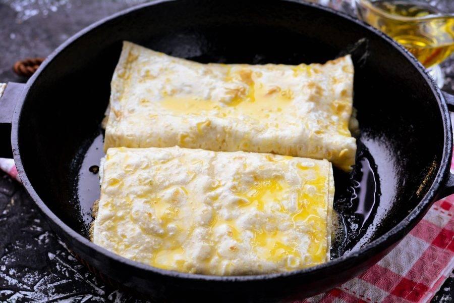 Разогрейте масло на сковороде и выложите пирожки. Жарьте на среднем огне в течение 3-4 минут.