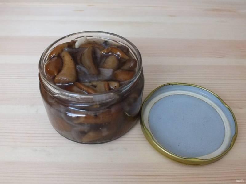Разложите грибы по стерильным банкам и укупорьте сухими, чистыми крышками.