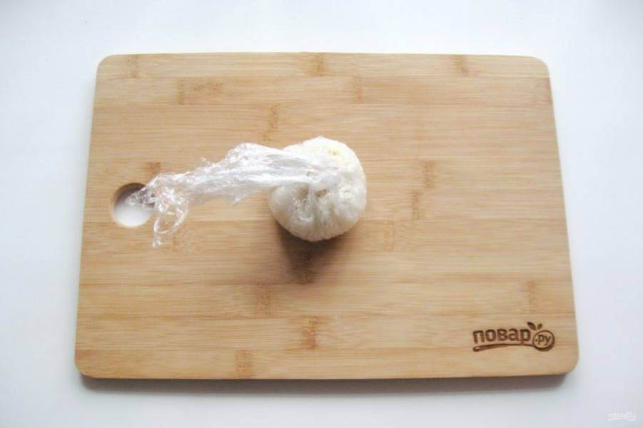 С помощью пищевой пленки сформируйте шарик.