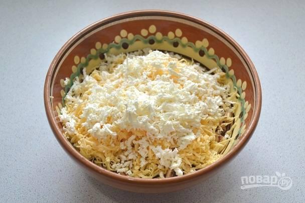 5. Добавьте немного феты или другого рассольного сыра. Для пикантности также можно добавить зубчик чеснока.