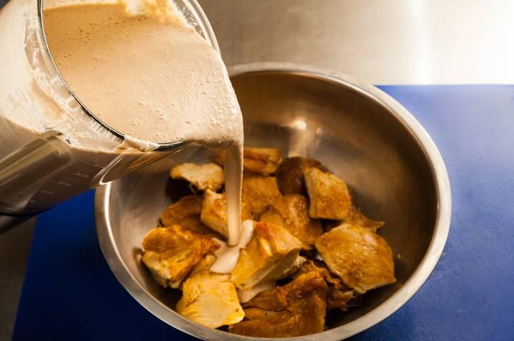 Укладываем кусочки индейки в глубокую посуду и заливаем соусом, даем покипеть минут 5. Оставляем пропитываться на несколько часов, лучше всего на ночь.