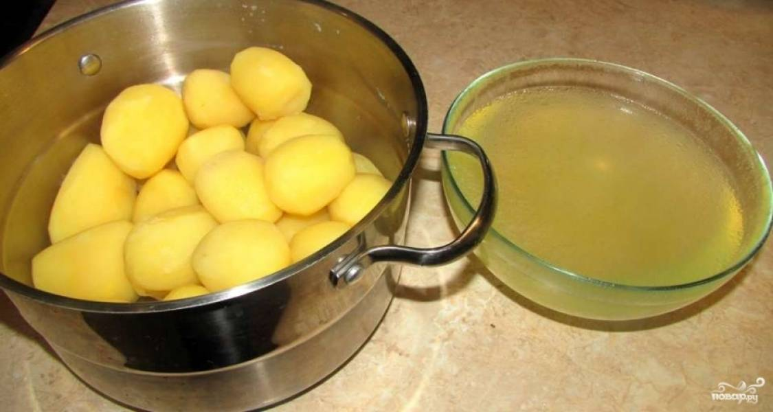 Воду от картофеля не выливайте, а оставьте в отдельной миске.