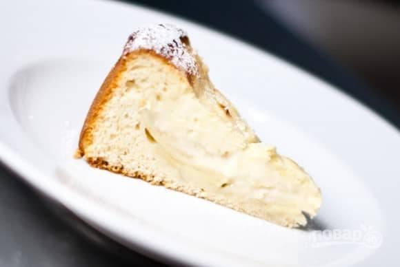 7.Готовый пирог остудите перед подачей на стол, затем либо наслаждайтесь им сразу или отправьте в холодильник.