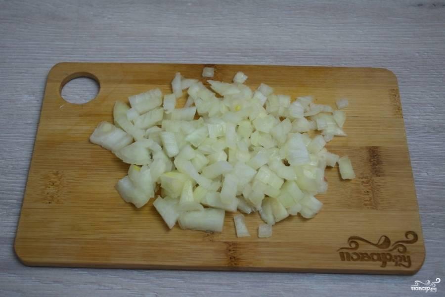 4. Репчатый лук нарезаем на небольшие кубики.