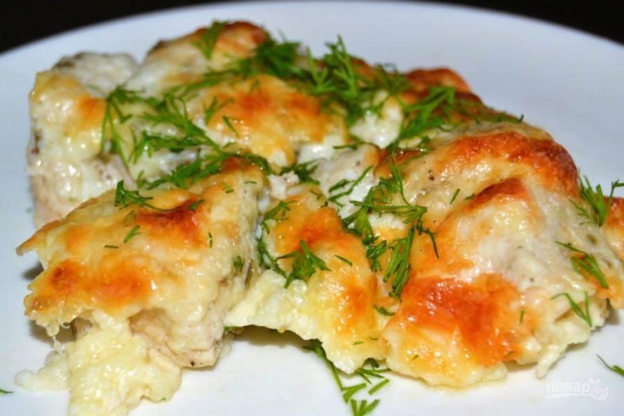 8.Готовое мясо достаньте из духовки и разрежьте. Украсьте свежей зеленью и подавайте к столу.
