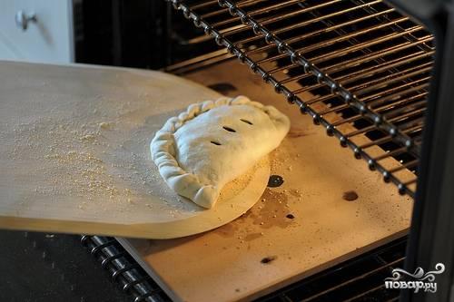 7. И отправьте в разогретую до 210 градусов духовку. Выпекается кальцоне с брокколи в домашних условиях таких размеров около 10-12 минут.