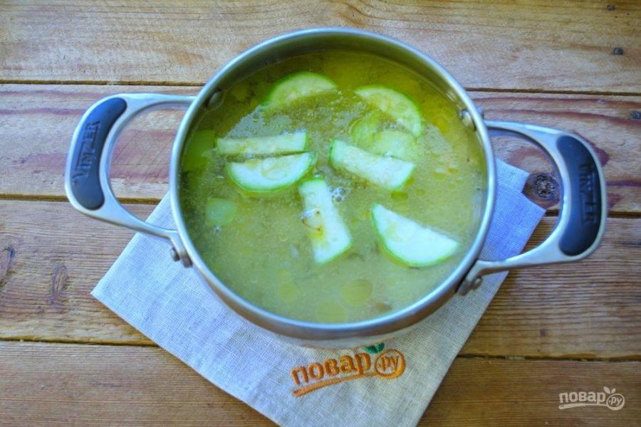 Залейте горячим кипятком и поставьте суп вариться.