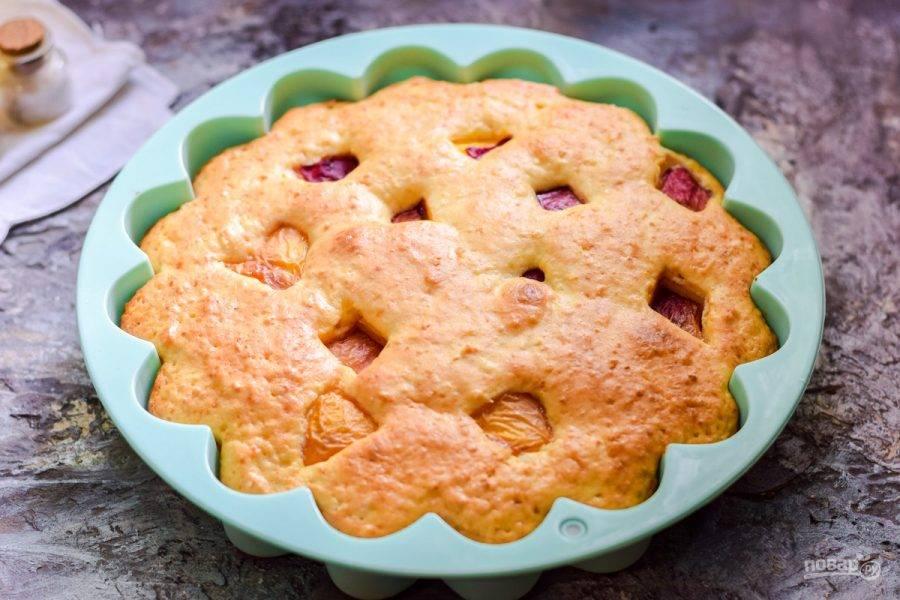 Выпекайте пирог в духовке 40 минут при температуре 180 градусов.