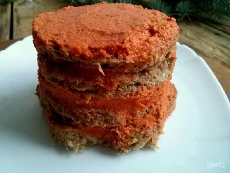 Соберите торт: на сервировочное блюдо выложите мясные лепешки, промажьте их овощным кремом.