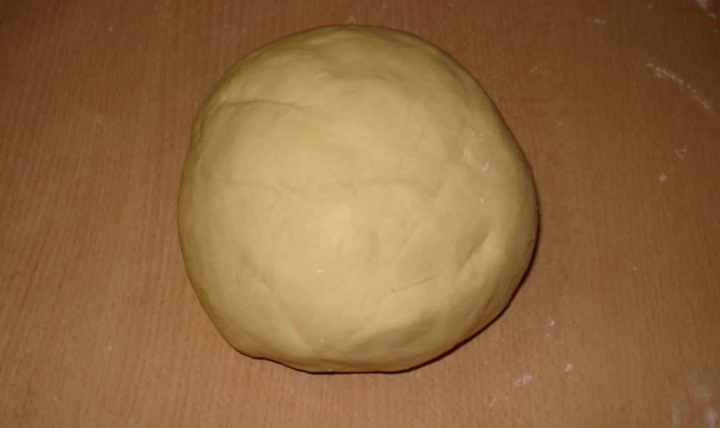 Постепенно введите просеянную муку, замесите тесто.