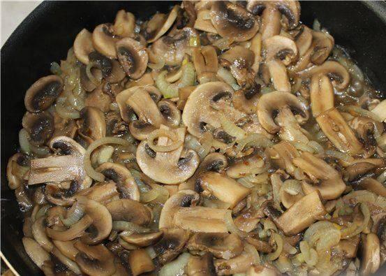 Обжарьте измельченный лук до прозрачности, а грибы, порезанные пластинками, - до мягкости.