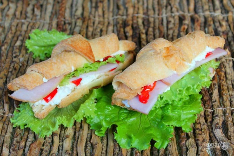 Круассаны-сэндвичи готовы. Приятного аппетита!