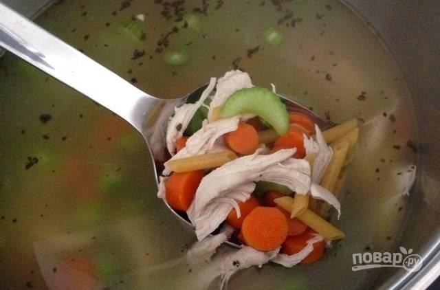 8.Верните мясо обратно в кастрюлю, добавьте сельдерей, макароны, базилик и соль. Варите все около 10 минут.