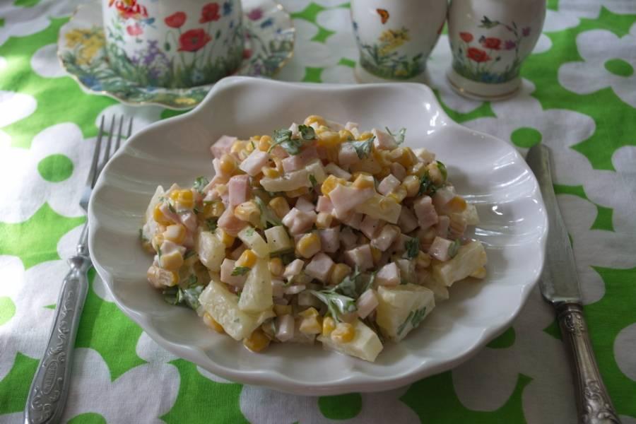 Заправьте салат майонезом. Соль я не кладу. Можно добавить немного черного молотого перца. Подайте к столу охлажденным.