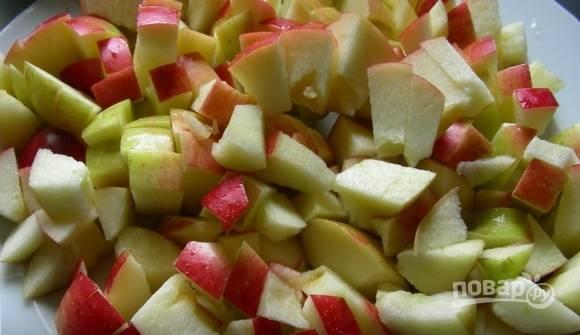 Чистые яблоки нарежьте кубиками.