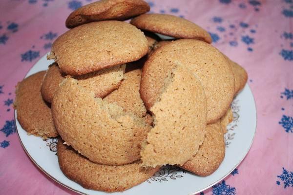 Разделите тесто на небольшие шарики, из каждого сформируйте печенье и выложите на противень застеленный бумагой для выпечки. Выпекаем печенье в духовке до готовности, температура 180 градусов. Приятного аппетита!