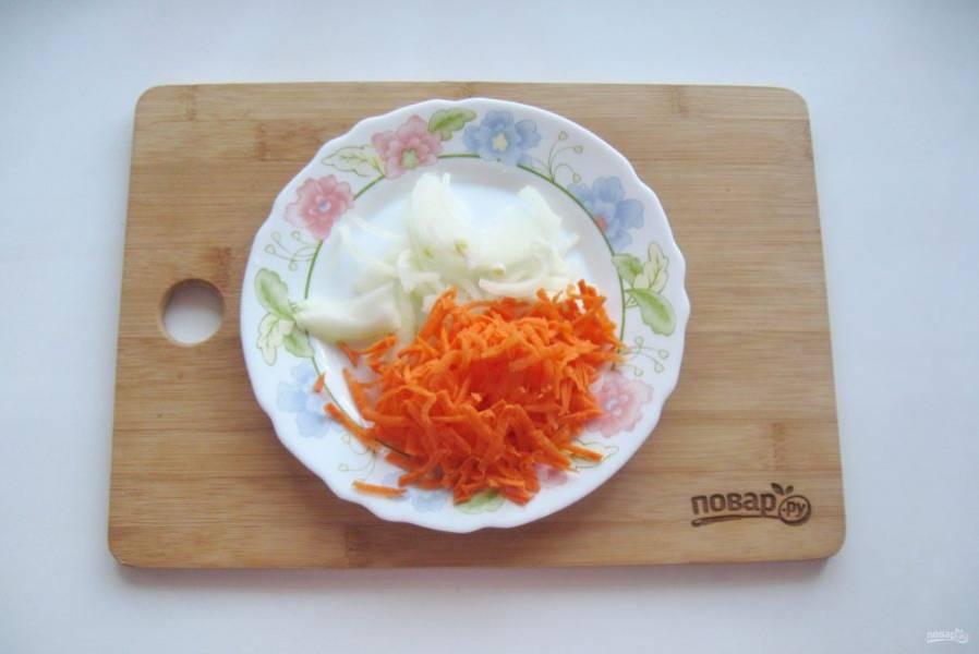Лук и морковь очистите, помойте. Лук нарежьте, морковь натрите на терке.