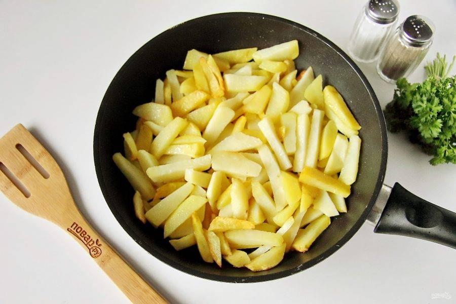 Обжарьте в небольшом количестве растительного масла почти до готовности. В конце добавьте соль по вкусу.