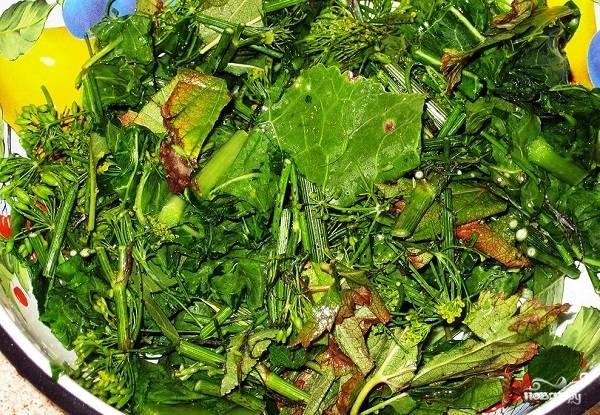 2. Что касается зелени, то тут вы можете фантазировать. Минимум — это традиционный укроп и хрен, а дальше для аромата можете добавить листья смородины, вишни или даже дубовые, например. Зелень тщательно промойте и нарежьте.