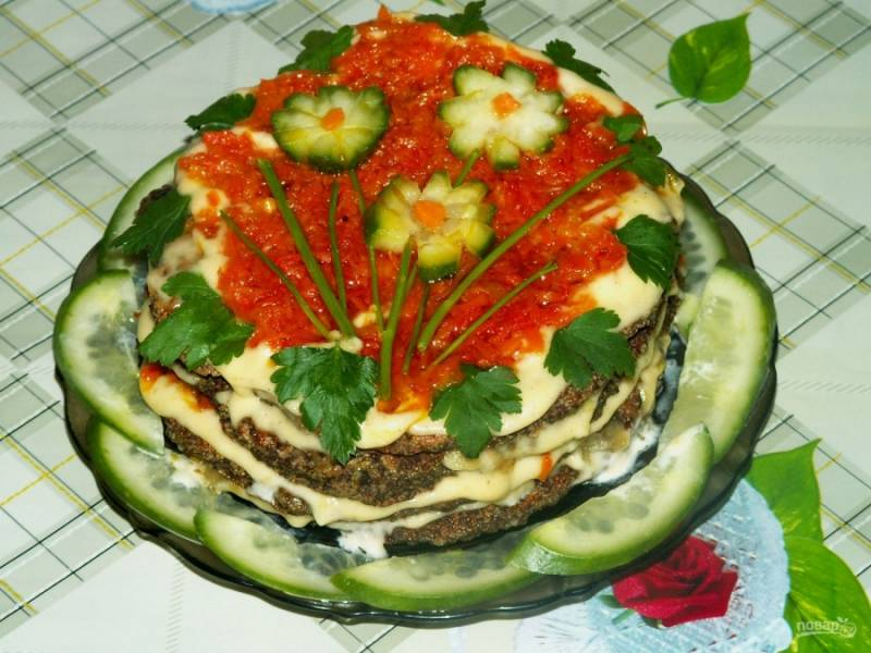 Готовый печеночный пирог украсьте зеленью или огурцами. Приятного аппетита!
