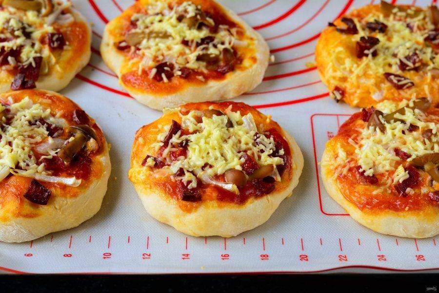 Через 15 минут пицца будет готова. Тесто подрумянится, станет мягким, а сыр расплавится.