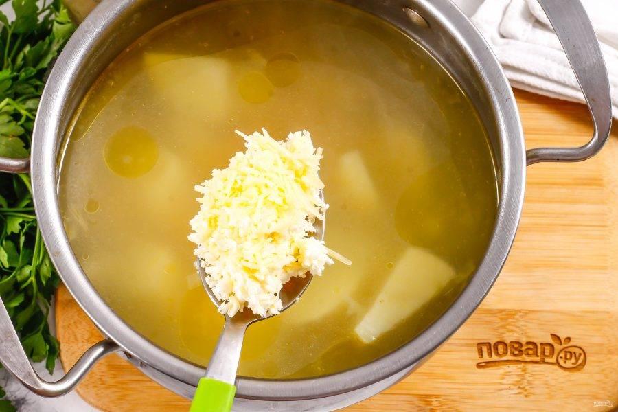 Оба вида сыра натрите на терке с мелкими ячейками и добавьте в бульон. По желанию можно заменить эти сыры плавленым сыром, тогда суп получится более кремовым, пюреобразным.