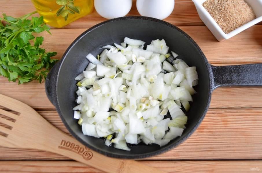 Репчатый лук и чеснок очистите и порубите мелко острым ножом. Обжарьте на столовой ложке масла со щепоткой соли до мягкости.