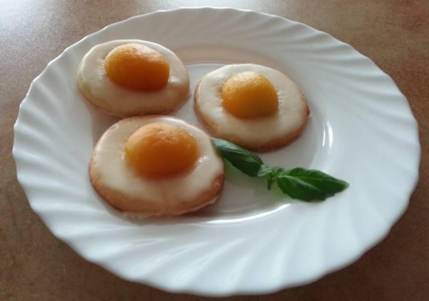 9. Оставьте печенье на фольге до застывания глазури, затем выложите на большое блюдо и подавайте! Приятного аппетита!