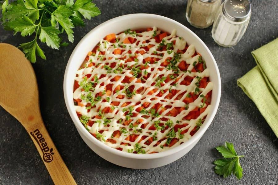 Перед подачей салат можно украсить свежей зеленью. Приятного аппетита!