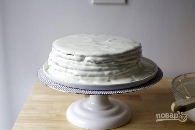 9. Соберите тортик, присыпьте его крошкой и оставьте пропитываться (лучше всего на ночь).