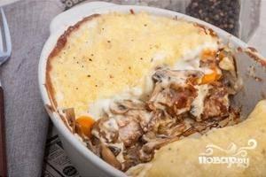 Блюдо выпекаем в духовке при 180 градусов в течение 30 минут. В конце вынимаем форму из духовки, посыпаем сверху тертым сыром и ставим обратно в духовку ещё на 5 минут.