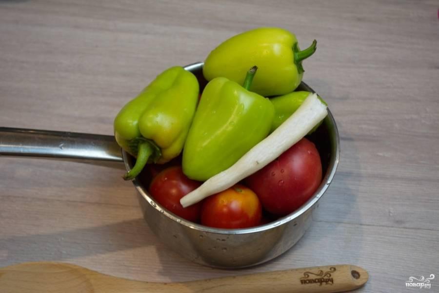 Для приготовления аджики нам необходимо вымыть и очистить все овощи. Перец порежем и достанем семечки и перегородки. Из помидоров вырежем сердцевину, порежем их произвольно.