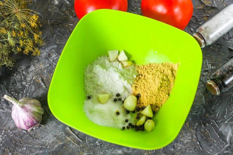 Соедините в глубокой емкости горчичный порошок, соль, сахарный песок, горошины черного перца. Очистите 5-6 чесночных зубчиков, промойте и разрежьте на несколько частей каждый. Добавьте в емкость.