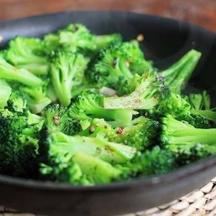 Обжариваем брокколи с измельченным чесноком в оливковом масле 2 минуты, после чего добавляем в сковороду 2 ст.л. воды, накрываем сковороду крышкой и тушим, пока вода не выпарится.