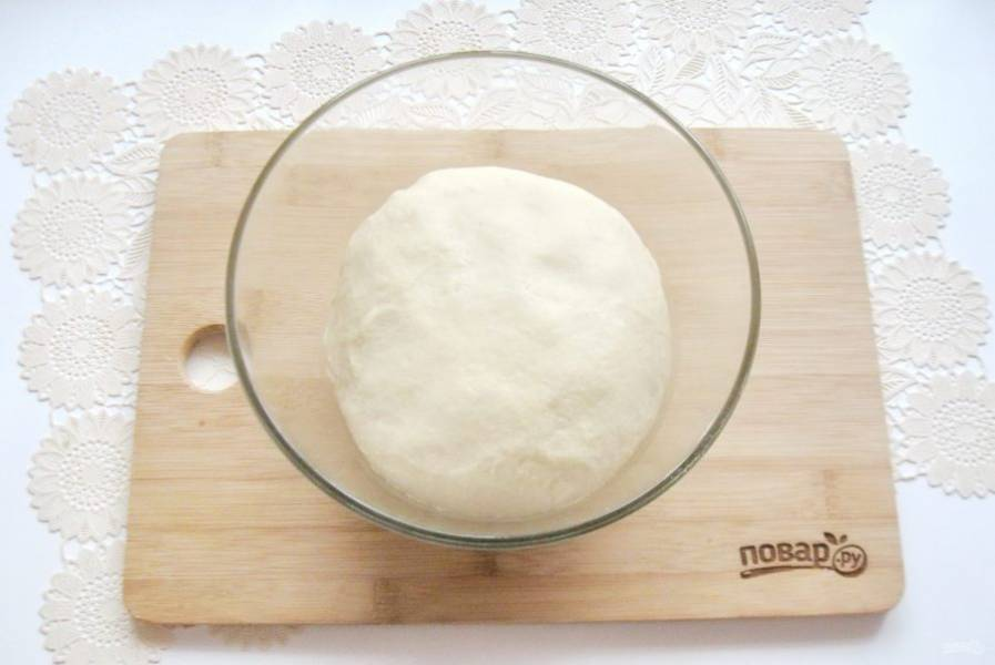 Замесите мягкое, эластичное тесто.