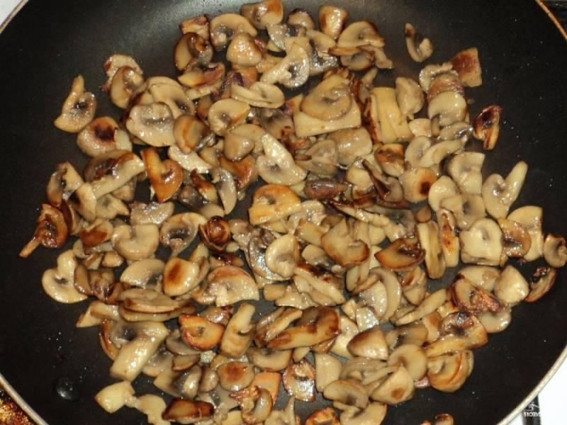 1. Грибы помойте (если хотите — можно почистить), отварите их в подсоленной воде минут 10. Откиньте на дуршлаг и оставьте грибы остывать. Остывшие грибы нарежьте произвольно на несколько частей. Поджарьте их на хорошо разогретом растительном масле до золотистого цвета.