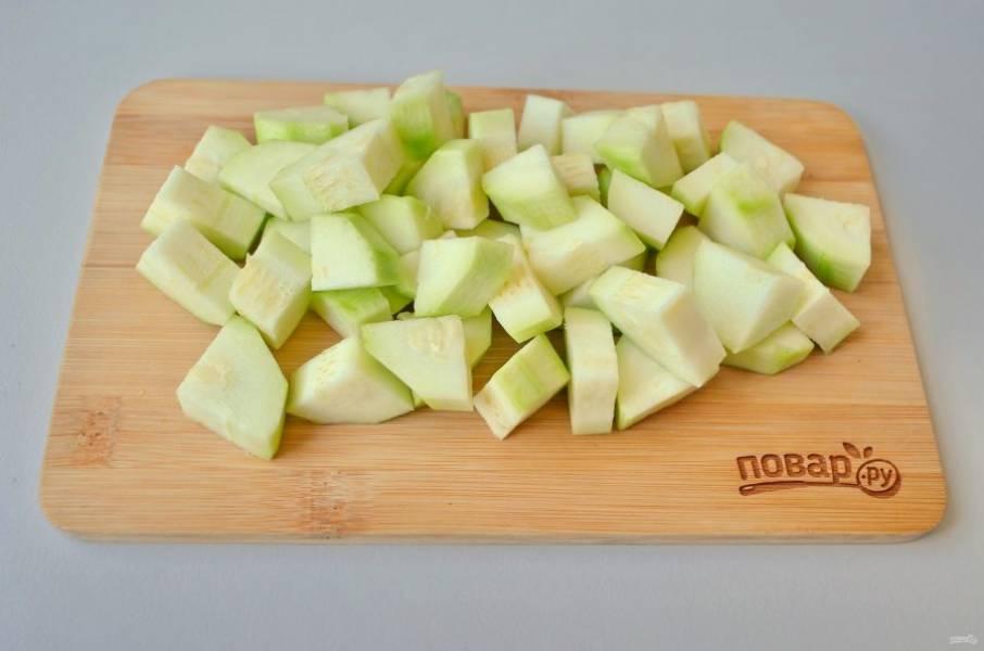 2. Все овощи тщательно вымойте. С кабачков снимите кожуру, порежьте небольшими кусочками.