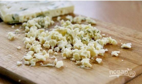 Покрошим сыр с плесенью так, чтобы он был маленькими кусочками.